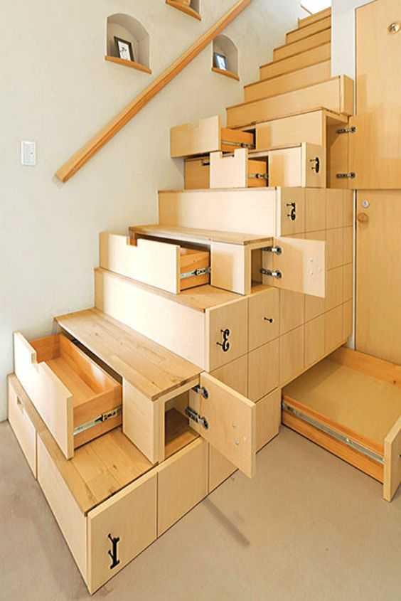 schody z szafkami i szufladami